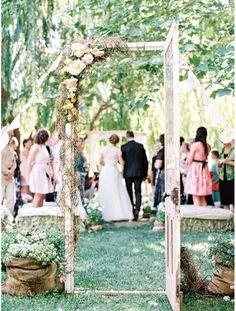 Matérialiser l'entrée du lieu de la cérémonie avec une vraie porte fleurie jardin mariage pinterest déco