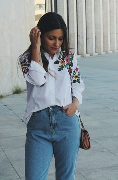 Spring #outfit wearing white shirt with flowers, jeans and pink bag #fashion