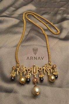 Hindu marriage necklace with the three symbols of the Hindu God Vishnu. Studio by Ashwini Oza Gold Mangalsutra Designs, Gold Jewellery Design, Handmade Jewellery, Silver Jewellery, Indian Wedding Jewelry, Indian Jewelry, Ethnic Jewelry, Gold Jewelry Simple, Temple Jewellery