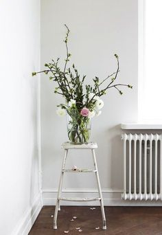 Brighten up a plain corner with some flowers - even wild sprigs of greenery look good. Styling Spring flowers at home Fresh Flowers, Spring Flowers, Beautiful Flowers, Wild Flowers, Spring Blooms, Exotic Flowers, Purple Flowers, Deco Floral, Arte Floral