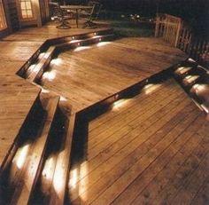 Lumières sous les marches d'une terrasse en bois
