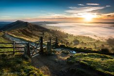 Sunrise at Mam Tor (Mother Hill) gate Peak District National Park in Derbyshire England. Photography Beach, Landscape Photography, Photography Tips, Places To Travel, Places To See, Skier, British Countryside, Derbyshire, Beautiful Landscapes