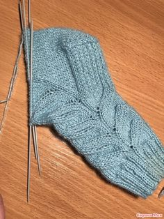 Вяжем носочки с ложной косой! Knitted Slippers, Slipper Socks, Crochet Slippers, Knitting Designs, Knitting Projects, Knitting Patterns, Knitting Socks, Baby Knitting, Crochet Stitches