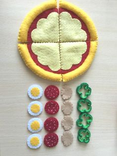 フェルトままごと[[ピザ]] Felt Diy, Felt Crafts, Felt Pizza, Diy For Kids, Crafts For Kids, Felt Food Patterns, Felt Play Food, Felt Quiet Books, Fake Food