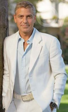 George Clooney shows us how to wear a cream colored linen suit.but in his case, who cares what he's wearing :) Groomsmen Beach Attire, Groomsmen Suits, Mens Suits, Suit Men, White Linen Suit, White Suits, Beach Wedding Suits, Costume Blanc, Hommes Sexy