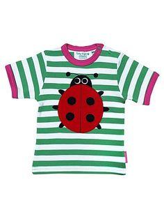 Flieg, Käfer, flieg. Keine Lust, denn auf dem grün-weiß gestreiften T-Shirt der englischen Kindermarke Toby Tiger ist es einfach zu bequem. Das T-Shirt auf Biobaumwolle lässt die Herzen von kleinen Mädchen höher schlagen und passt mit dem Marienkäfer perfekt zum Sommer.  Erhältlich in zwei Größen: 2-3 Jahre und 3-4 Jahre.