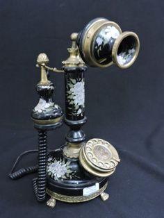 Antigo e belo telefone em metal esmaltado, dito em funcionamento.