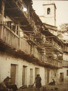 """Fotografía tomada en Pedro Bernardo (Ávila) en 1940  aproximadamente. """"Mi abuela Mariana Díaz-Aguilar Robles está barriendo la puerta de su casa en la calle Robaliso. Hoy tiene 96  años y ojea el 20 minutos"""", dice Pelayo."""