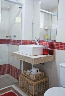 Solução: Aposte em cestos e baús para os banheiros sem armários.