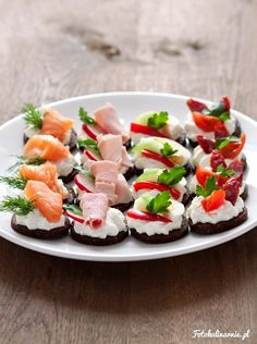 Finger food / Party food with cottage cheese on pumpernickel Party Food Entrees, Easy Party Food, Snacks Für Party, Appetizer Recipes, Dessert Recipes, Appetizers, Fingerfood Party, Party Finger Foods, Food Platters