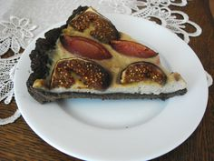 Cocoa-cinnamon pie with figs and plums