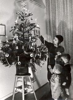 Kerstboom nog met echte kaarsen. Wel een emmer met water in de buurt voor het geval van brand.