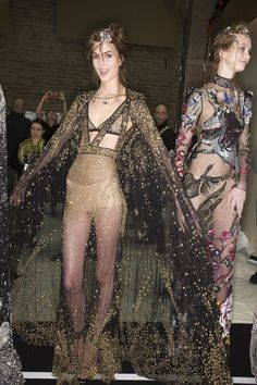 See beauty photos for Alexander McQueen Fall 2016 Ready-to-Wear collection.