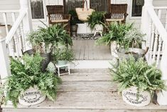 Brighten up your front porch with these DIY front porch decorating ideas. From farmhouse porches to porch ideas for small porches on a budget, there are DIY projects for everyone that will improve your curb appeal. Modern Front Porches, Summer Front Porches, Farmhouse Front Porches, Summer Porch, Small Porches, Cool Diy, Easy Diy, Small Porch Decorating, Decorating Ideas