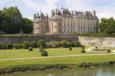 Le château du Lude est situé sur les rives du Loir, au carrefour du Maine, de la Touraine et de l'Anjou, et constitue, par le fait, le 1er des châteaux de la Loire en venant du Nord. Cet emplacement s'est révélé stratégique dans la défense de l'Anjou des attaques normandes puis anglaises lors des guerres de Cent Ans. Le légendaire Barbe Bleue y livrera même victorieusement combat avant de rejoindre Jeanne d'Arc à Orléans.