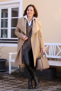 Easy chic in black leather leggings and beige - style over 50