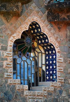 What a Beautiful, leaded glass window in the Bellesguard Manor House! Constructed between 1900 - 1909 by Antoni Gaudi in Barcelona, Spain. One of the few Gaudi things I like. Beautiful Architecture, Beautiful Buildings, Art And Architecture, Architecture Details, Barcelona Architecture, Art Nouveau, Antonio Gaudi, Windows And Doors, Stairways