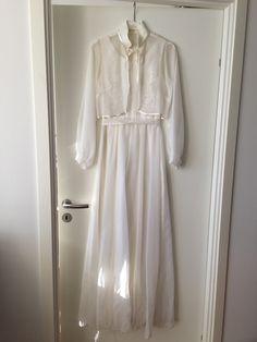 Enkel hvit brudekjole med bolero, brukt en gang, har hengt i skap noen år, trenger rens og litt omsorg.