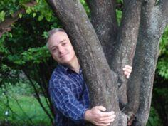 Am imbratisat un copac Si am simtit pulsul crescand Dar nu era pulsul meu ci al naturii care ma chema cu dor.  Am imbratisat un copac Si am simtit ca viata ne leaga Dincolo de spatiu si timp  Am imbratisat un copac Care mi-a daruit iubirea lui Care s-a transformat In zambet pe chipul meu