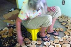 Cette femme place des rondelles de bois au sol, attendez de voir le résultat final, wow!