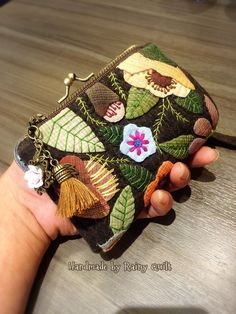 🦉 Amazingly cute purses made by 😍 Makes me want to embroider and hand sew some cute Christmas gifts 👏 Love it! Wool Applique, Applique Quilts, Embroidery Applique, Embroidery Stitches, Felt Crafts, Fabric Crafts, Sewing Crafts, Sewing Projects, Cute Christmas Gifts