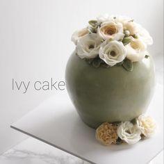 #butterflowercake  Glossy Butter Cream 분위기 있게 화병🌹🌹 . . . #buttercreamflower #버터플라워 #koreanbuttercreamflowers #flowercake #cakestagram #cake #koreancake #koreanbutterflowercake #꽃 #디저트 #dessert #베이킹스타그램 #koreanbuttercream #weddingcake #flowercakes #cakestagram #花蛋糕 #料理 #buttercream #일상 #baking #koreanflowercake #bakingclass #플라워케이크