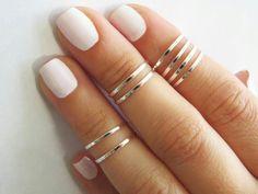 Anillos finitosen todos los dedos mezclados con anillos de falange, que se ponen en las falanges de los dedos