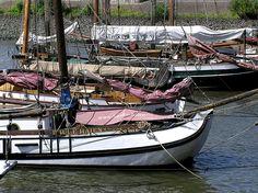 Historische Schiffe im Museumshafen Ovelgönne.   Hamburg + Elbstrand.