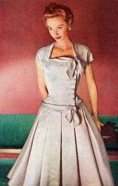 Retro Fashion Givenchy worn by Suzy Parker - Orlon 1954 Vogue - Fashion Vintage Knitting by Columbia Vogue - 1955 1951 -. Vintage Outfits, Robes Vintage, Vintage Dresses, Vintage Clothing, Look Fashion, Retro Fashion, Vintage Fashion, Fashion Design, Club Fashion
