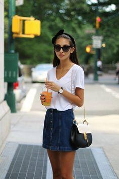 Jeansrock kombinieren: schlicht aber mädchenhaft mit Shirt und Schleife