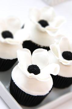 Ideas For Cupcakes Ideen Schwarz Cupcake Logo, Cupcake Cakes, Black And White Cupcakes, Black And White Wedding Cake, Healthy Cupcake Recipes, Chocolate Candy Cake, Black White Parties, Gold Birthday Cake, Wedding Sweets