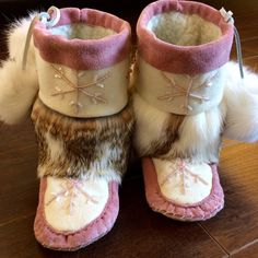 Winter is coming! These toddler mukluks are cozy and warm, and ready for little feet Toddler Moccasins, Baby Moccasins, Native Beading Patterns, Beaded Moccasins, Nativity Crafts, Winter Is Coming, Leather Craft, Fashion Styles, Ugg Boots