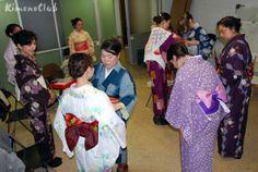 OBI Cinturon con el cual se cruzaba el Kimono. La posiciondel nudo o lazada indicada el estado civil: en las jovenes casaderas, viene en la espalda.