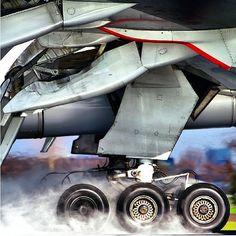 Tren de aterrizaje del Boeing 777. De seis ruedas, sistemas reforzados, preparado para resistir los impactos mas fuertes durante las llegadas.