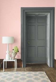 Pink wall in Confetti by Little Greene. The door and casing are in LIVID combined with GAUZE DARK Interior decor and paint Little Greene Colours of England Colour Card pink and grey living room and bedroom Pink Walls, Grey Walls, Living Room Grey, Living Room Decor, Living Rooms, Grey Room, Pink Hallway, Murs Roses, Black Interior Doors