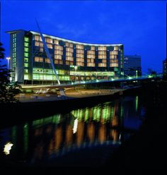 Lowry Hotel features an iconic exterior with the traditional architecture found on the 'in vogue' Chapel Wharf area of Manchester. Lowry Hotel Manchester, Manchester United, Luxury Holidays, Best Hotels, Luxury Hotels, City Break, Sydney Harbour Bridge, Facade, National Parks