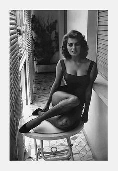 📸✨ a great example use of inspiration and reference: left: Sophia Loren by David Seymour, right: Linda Evangelista by Steven Meisel, Linda Evangelista, Photography Poses Women, Amazing Photography, Famous Photography, Photography Classes, Photography Business, Look Vintage, Vintage Beauty, Pinup