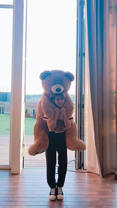 the teddy bear size is like felix size/// y'all remember when he almost died trying to bring all his stuffed animals into the dorm 😭😂 Felix Stray Kids, Lee Min Ho, Youngjae, Got7 Bambam, Minho, Jonghyun, Kids Tumblr, Rapper, Wattpad