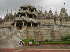 Jain en Ranakpur, India, contiene más de 1,440 pilares de mármol, y todos diferentes entre sí