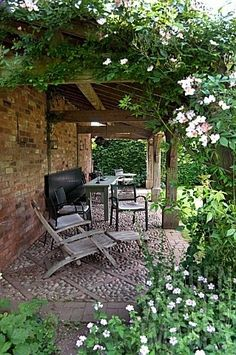 Wollerton Old Hall Garden - cobble stones - campinglivezcampinglivez