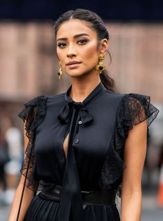 The Heartbreaking Story Of Shay Mitchell's Miscarriage Is All Too Common ☽Tannovia☾<br> Miscarriage is incredibly common. Actress Shay Mitchell reveals that she experienced a miscarriage in 2018 — read her heartbreaking story from Instragram. Shay Mitchell Style, Shay Mitchell Makeup, Mode Ootd, Beautiful Celebrities, Ideias Fashion, Celebrity Style, Hair Beauty, Feminine, Celebs