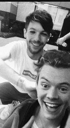 Larry stylinson Harry Styles and Louis Tomlinson One Direction Louis, Imagines One Direction, One Direction Pictures, Larry Stylinson, One Direction Cartoons, James Horan, Louis E Harry, Larry Shippers, Foto Real