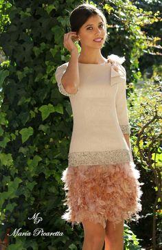 Elegante traje,mezcla de plumas y encaje.