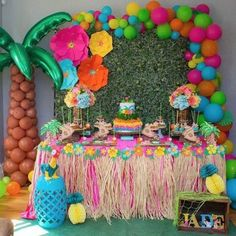 Baby Birthday Balloon Decoration Ideas, Air Balloon Decorating, DIY Decor There are many ideas for your baby birthday party, balloon decorations are popular in such parties. Moana Birthday Decorations, Luau Theme Party, Hawaiian Party Decorations, Moana Themed Party, Hawaiian Luau Party, Tiki Party, Birthday Party Themes, Baby Birthday, Hawaiian Birthday