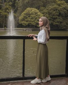 Source by Risyawardani Outfits hijab Hijab Casual, Hijab Chic, Modest Fashion Hijab, Hijab Style Dress, Modern Hijab Fashion, Street Hijab Fashion, Tokyo Street Fashion, Hijab Fashion Inspiration, Muslim Fashion