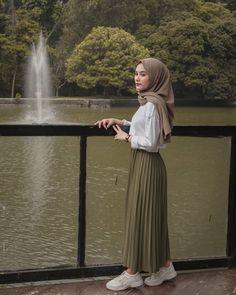 Source by Risyawardani Outfits hijab Hijab Casual, Modest Fashion Hijab, Modern Hijab Fashion, Hijab Chic, Muslim Women Fashion, Ootd Hijab, Tokyo Street Fashion, Street Hijab Fashion, Hijab Mode Inspiration