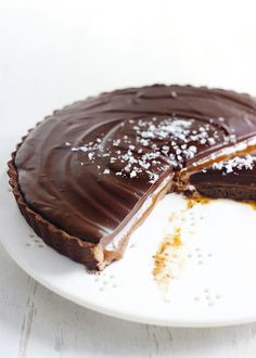 chocolate salted caramel tart Salted Chocolate Tart Peanut Butter Chocolate Chip Blondie Bars - perfect hybrid between cookie an. Cupcakes, Cupcake Cakes, Bundt Cakes, Tart Recipes, Sweet Recipes, Dessert Recipes, Sweet Treats, Yummy Treats, Yummy Food