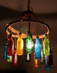 Lámpara con botellas de vidrio.