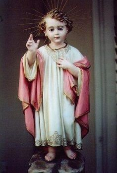 """Suplica para tiempos difíciles. """"Divino niño Jesús Tengo mil dificultades: Ayúdame. De los enemigos del alma:  Sálvame. En me desaciertos: Ilumíname. En mis dudas y penas: Confortame. En mis soledades: Acompáñame. En mis enfermedades: Fortaleceme. Cuando me desprecien: Animame. En las tentaciones: Defiendeme En las horas difíciles: Consuelame. Con tu corazón partenal: Amame. Con tu inmenso poder: Protégeme. Y en tus brazos al expirar: Recibeme"""".  Amén."""
