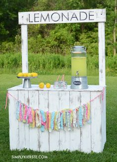 DIY Crafts : Vintage Lemonade Stand with Reversible Chalkboard Sign! Perfect for lemonade a Diy Spring, Summer Diy, Summer Crafts, Projects For Kids, Crafts For Kids, Diy Projects, Diy Crafts, Kids Diy, Kids Lemonade Stands